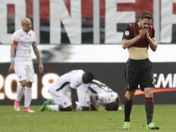 Thiam ha appena segnato: si dispera Mattia De Sciglio, in primo piano. Ap