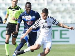 Il 18enne senegalese del Pescara Mamadou Coulibaly, in pressione su Dybala. Getty Images