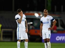 Mauro Icardi e Joao Mario rassegnati durante la partita contro la Fiorentina. Getty