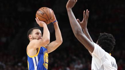 Steph Curry, ieri contro Al-Farouq Aminu. Reuters