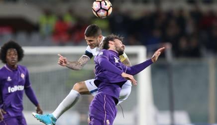 Il duello tra Icardi e Astori durante Fiorentina-Inter. Getty