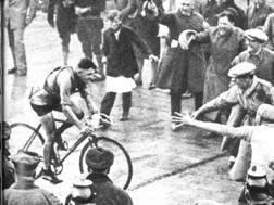 Alfredo Binda al traguardo del Mondiale di Nurburgring, in Germania, nell'anno delle 12 vittorie al Giro. Era il 1927