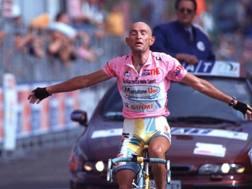 Marco Pantani in trionfo sulla salita di Piancavallo. Bettini
