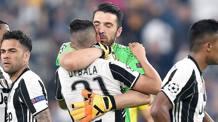 L'abbraccio tra Gianluigi Buffon, 39 anni, e Paulo Dybala, 23, dopo ilpareggio di Barcellona. Ansa