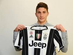 Mattia Caldara, 22 anni, difensore dell'Atalanta già acquistato dalla Juve. LaPresse