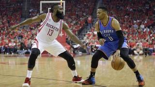 Russell Westbrook (a dx) contro James Harden. Reuters