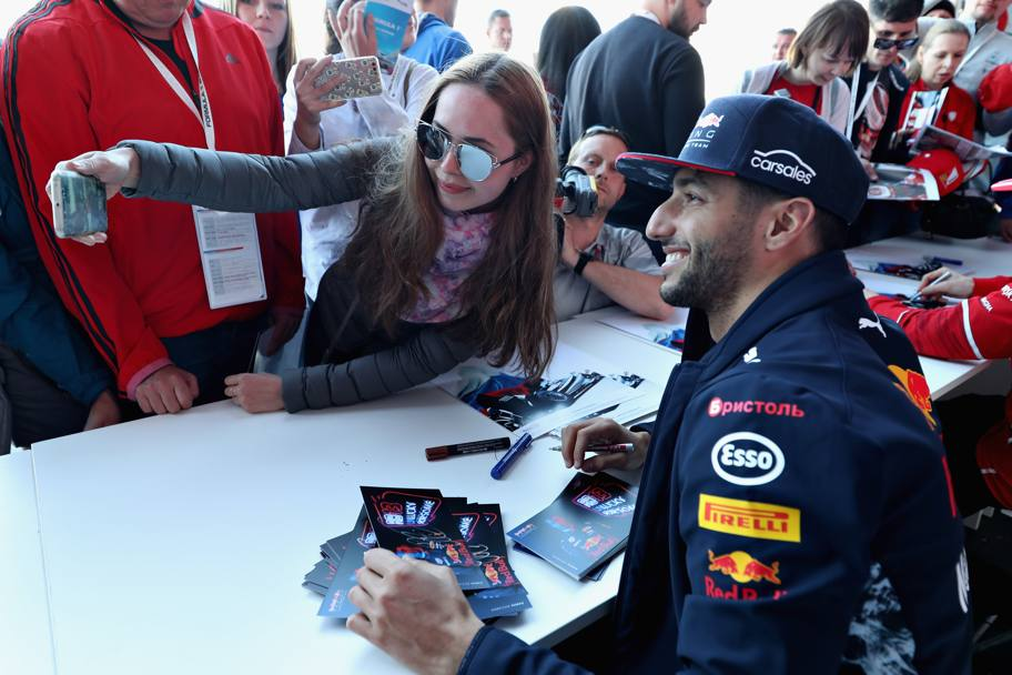 L'austriano Daniel Ricciardo, Red Bull, in un selfie con una fan (Getty)