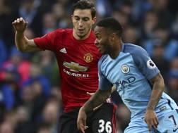 Matteo Darmian contro Sterling durante City-United. Ap
