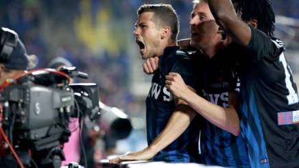 Remo Freuler esulta coi compagni dopo il gol del 2-2 finale. LaPresse
