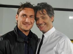 Da sinistra, Francesco Totti, 40 anni, attaccante e capitano della Roma, e Rosario Tindaro Fiorello, 56.
