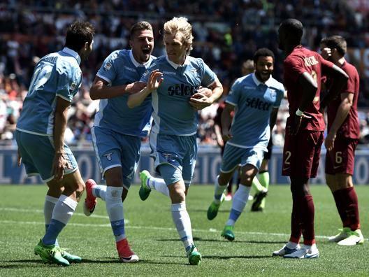 I compagni festeggiano Basta, autore del gol del 2-1. Afp