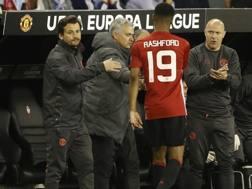 Il match-winner Rashford lascia il campo, prendendosi i complimenti di Mourinho. Reuters