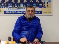 Aldo Vanoli, 69 anni, davanti al poster della squadra che la scorsa stagione raggiunse i playoff