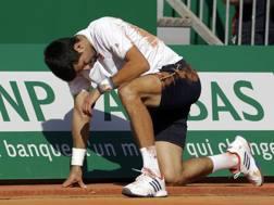 Novak Djokovic fatica a rialzarsi. Ap