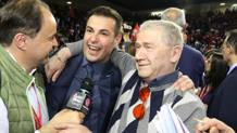 Chiccho Blengini, al centro, festeggia il trionfo, con il patron Luciano Sileoni
