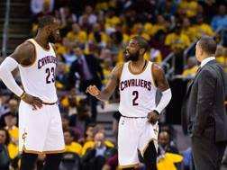 Kyrie Irving tra LeBron James e coach Lue. Afp