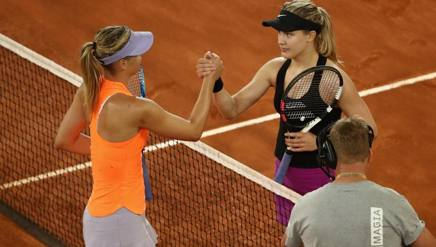 Eugenie Bouchard guarda dritto negli occhi Maria Sharapova, dopo averla battuta. Getty Images