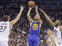 Stephen Curry al tiro durante gara 4 tra Golden State Warriors e Utah Jazz. Ap