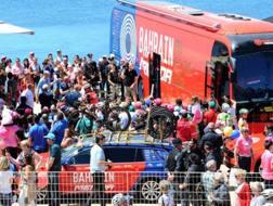Il bus della Bahrain circondato dai tifosi.
