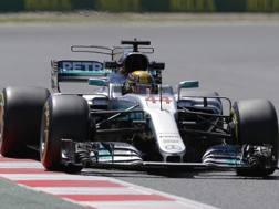 Lewis Hamilton dominatore del venerdì in Spagna. Ap