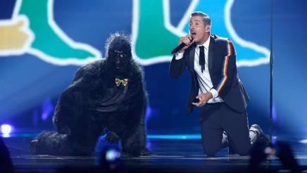 Francesco Gabbani e la scimmia (in realtà animata dal ballerino Filippo Ranaldi) di «Occidentali's Karma» durante l'esibizione di Kiev