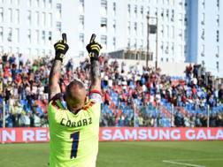 Cordaz, portiere del Crotone, esulta dopo l'1-0 sull'Udinese. LaPresse