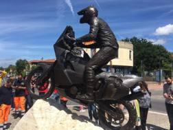 Il monumento dedicato a Fabrizio Meoni