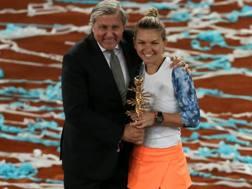 Ilie Nastase festeggia con Simona Halep la vittoria a Madrid. Reuters