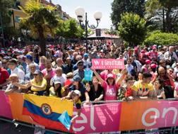 La folla festante per il Giro 100. Lapresse