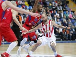 Spanoulis contrastato da Korobkov e Higgins nell'ultimo scontro diretto Cska-Olympiacos. Epa