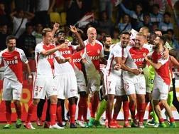 Kylian Mbappé festeggia con Radamel Falcao. Epa