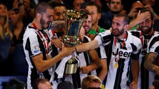 La Juve con la Coppa. Reuters