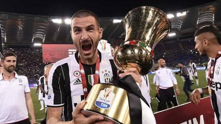 Leonardo Bonucci festeggia per la Coppa Italia alzata nel 2016. Lapresse