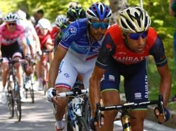 In primo piano Vincenzo Nibali, 32 anni, davanti a Pinot e, sullo sfondo, Tom Dumoulin. Afp