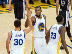 Tutto facile per Curry, Durant e Green. Reuters
