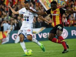 A sinistra, Khalid Boutaib dello Strasburgo, vicecapocannoniere della Lige 2, nel big match contro il Lens. Afp