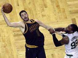 Kevin Love in action contro Jae Crowder .