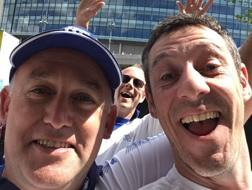 Stuart Dye (a destra), con un amico davanti a Wembley. Twitter