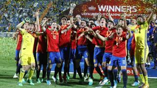 I giocatori della Spagna festeggiano la vittoria nell'Europeo Under 17. Epa