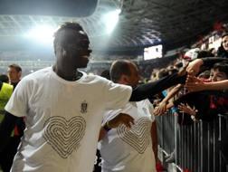 Mario Balotelli saluta i tifosi. Afp