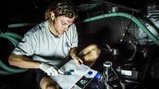 Giulio Bertelli lavora nella pancia di una barca che farà la Volvo. AMALIA INFANTE