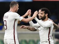 Salah abbraccia Dzeko: tre gol in due oggi a Verona. Afo