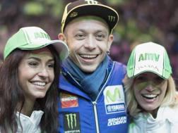 Valentino Rossi con due tifose a Le Mans. Getty