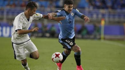Il terzino della Fiorentina Scalera contro Olivera, durante Italia-Uruguay, esordio azzurro al Mondiale Under 20. Epa