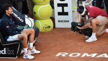 Novak Djokovic attende a bordo campo la premiazione. Getty Images