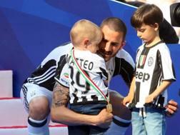 Leonardo Bonucci, 30 anni, con i figli Matteo e Lorenzo. LAPRESSE