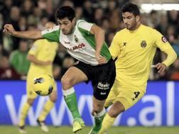 Mateo Musacchio ( a dx) in azione contro il Racing Santander. Ansa