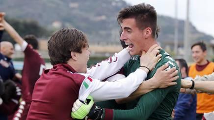 Tommaso Cucchietti, 19 anni, portiere del Torino Primavera e terzo della prima squadra, festeggiato dai compagni. LaPresse
