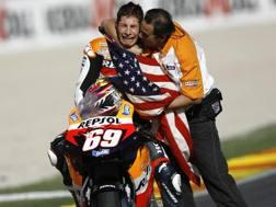 Hayden abbracciato dopo la vittoria del titolo iridato nel 2006. Afp