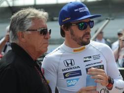 Fernando Alonso con Mario Andretti. Reuters